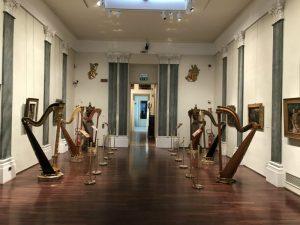 01 Le due file di arpe alternate ai quadri nella Sala del Tiziano