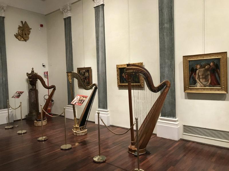 03 Le arpe della collezione Giulini e quella appartenuta a Luigi Magnani