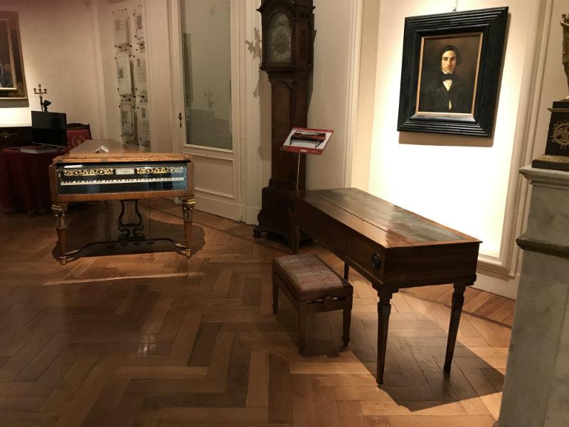 04 Il fortepiano dipinto accanto al Fritz della fondazione Magnani